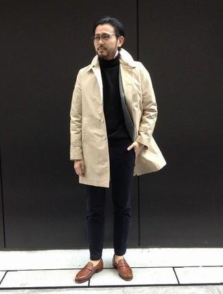 Как и с чем носить: бежевый плащ, серый шерстяной пиджак, черная водолазка, белая рубашка с длинным рукавом