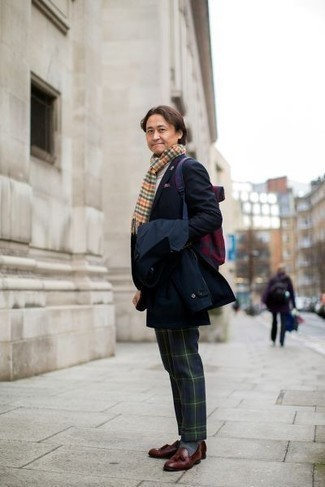 Модные мужские луки 2020 фото в прохладную погоду: Несмотря на то, что это довольно-таки сдержанный лук, лук из темно-синего плаща и темно-сине-зеленых классических брюк в шотландскую клетку приходится по душе стильным молодым людям, непременно пленяя при этом дамские сердца. В сочетании с этим луком гармонично выглядят темно-красные кожаные лоферы с кисточками.