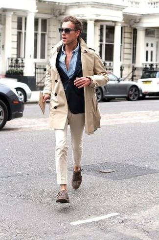 Модный лук: бежевый плащ, темно-синий пиджак, голубая джинсовая рубашка, бежевые брюки чинос