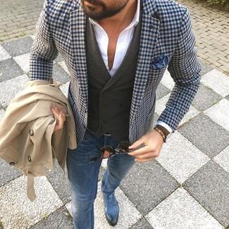 Модный лук: бежевый плащ, синий пиджак в мелкую клетку, оливковый шерстяной жилет, белая классическая рубашка