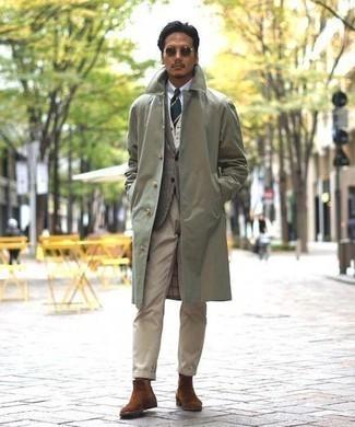 Серый шерстяной пиджак в шотландскую клетку: с чем носить и как сочетать мужчине: Серый шерстяной пиджак в шотландскую клетку и светло-коричневые брюки чинос — хороший выбор для повседневного офисного лука. Любители экспериментов могут закончить образ коричневыми замшевыми ботинками челси, тем самым добавив в него чуточку строгости.