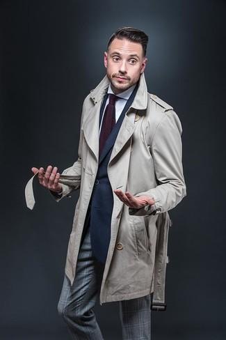 Модный лук: бежевый плащ, темно-синий пиджак, белая классическая рубашка, серые классические брюки в шотландскую клетку
