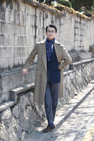 С чем носить темно-синие классические брюки мужчине: Сочетание бежевого плаща и темно-синих классических брюк позволит создать стильный и привлекательный лук. Почему бы не добавить в этот лук немного беззаботства с помощью темно-коричневых замшевых лоферов?