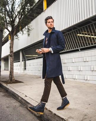 Как и с чем носить: темно-синий плащ, темно-коричневый пиджак, желтая рубашка с длинным рукавом, темно-коричневые брюки чинос