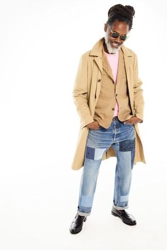 Как и с чем носить: светло-коричневый плащ, светло-коричневый хлопковый пиджак, розовый свитер с круглым вырезом, голубые джинсы в стиле пэчворк