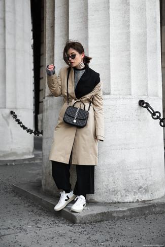 Как и с чем носить: бежевый плащ, черный пиджак, серый свитер с круглым вырезом, черные широкие брюки
