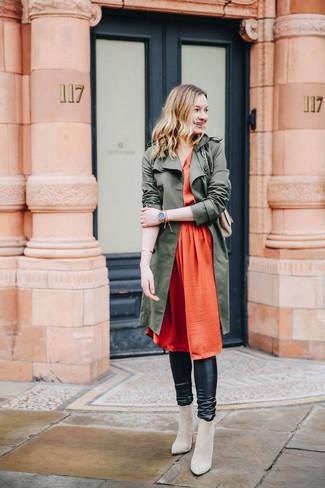 Как и с чем носить: оливковый плащ, оранжевое шелковое платье-миди со складками, черные кожаные леггинсы, бежевые замшевые ботильоны
