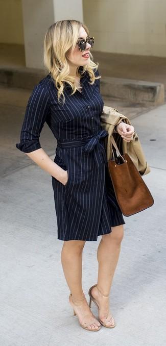 Как и с чем носить: бежевый плащ, темно-синее платье-рубашка в вертикальную полоску, бежевые кожаные босоножки на каблуке, коричневая замшевая большая сумка