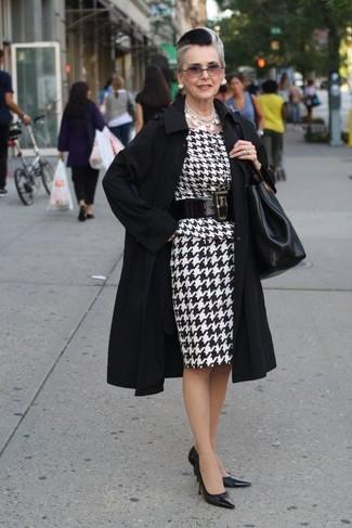 """Как и с чем носить: черный плащ, бело-черное платье-футляр с узором """"гусиные лапки"""", черные кожаные туфли, черная кожаная большая сумка"""