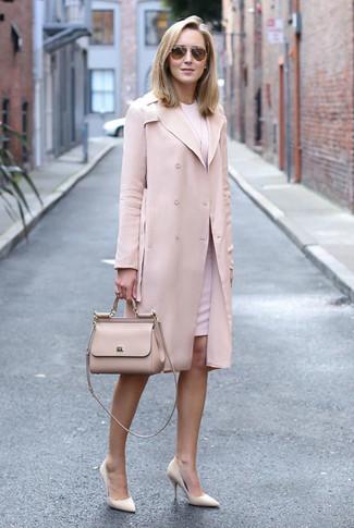 Как и с чем носить: розовый плащ, розовое платье-футляр, бежевые кожаные туфли, бежевая кожаная сумка-саквояж
