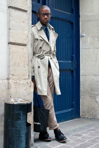 Модный лук: бежевый плащ, синяя рубашка с длинным рукавом из шамбре, светло-коричневые брюки чинос, черные кожаные ботинки дезерты