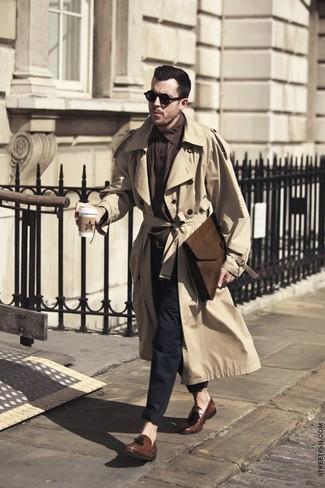 Модный лук: светло-коричневый плащ, темно-коричневая рубашка с длинным рукавом, черные брюки чинос, коричневые кожаные лоферы с кисточками