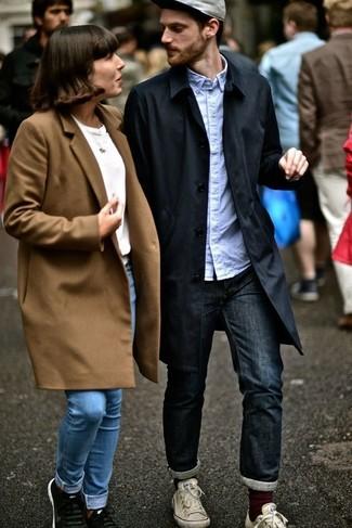 Как и с чем носить: черный плащ, голубая рубашка с длинным рукавом, темно-синие джинсы, белые низкие кеды из плотной ткани