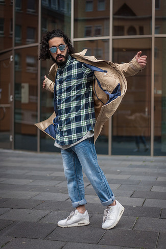 Как и с чем носить: светло-коричневый плащ, темно-синяя рубашка с длинным рукавом в шотландскую клетку, синие джинсы, белые кроссовки
