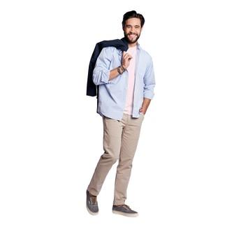Как и с чем носить: темно-синий плащ, голубая рубашка с длинным рукавом, розовая футболка с круглым вырезом, бежевые брюки чинос