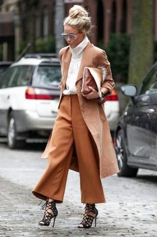 Как и с чем носить: светло-коричневый плащ, белый свитер на молнии, табачные брюки-кюлоты, черные замшевые гладиаторы
