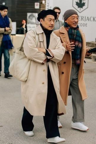 Темно-синий свитер с воротником на молнии: с чем носить и как сочетать мужчине: Такой мужской ансамбль из темно-синего свитера с воротником на молнии и черных брюк чинос смотрится очень эффектно, и ты точно не останешься без женского внимания. Чтобы лук не получился слишком отполированным, можно надеть белые кожаные низкие кеды.