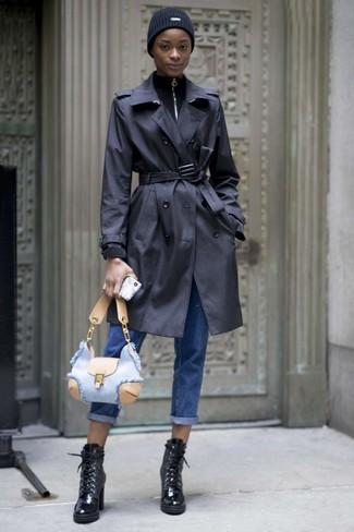 С чем носить черные кожаные ботильоны на шнуровке: Комбо из черного плаща и синих джинсов-бойфрендов позволит выразить твой личный стиль. Любишь эксперименты? Заверши образ черными кожаными ботильонами на шнуровке.