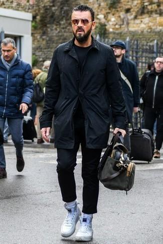 Черный плащ: с чем носить и как сочетать мужчине: Если ты принадлежишь к той немногочисленной группе мужчин, неплохо разбирающихся в модных тенденциях, тебе полюбится дуэт черного плаща и черных брюк чинос. Чтобы привнести в ансамбль немного легкой небрежности , на ноги можно надеть белые высокие кеды.