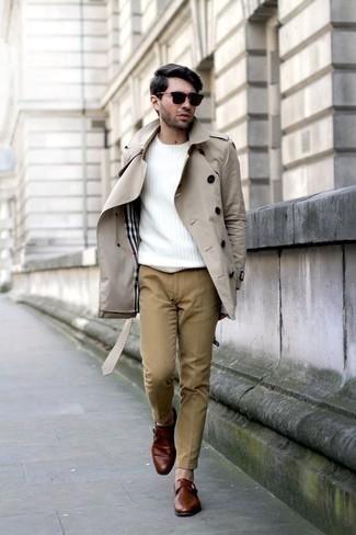 Белый свитер с круглым вырезом: с чем носить и как сочетать мужчине: Примерь на себя сочетание белого свитера с круглым вырезом и светло-коричневых брюк чинос, и ты получишь стильный расслабленный мужской лук на каждый день. Почему бы не привнести в повседневный ансамбль толику стильной строгости с помощью табачных кожаных монок?