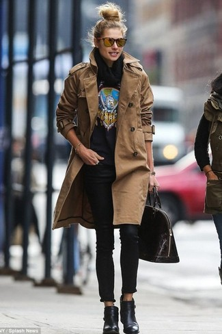 Как и с чем носить: коричневый плащ, черный свитер с круглым вырезом с принтом, черные джинсы скинни, черные кожаные ботильоны