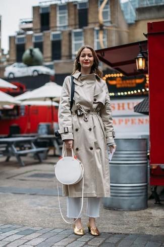 Как и с чем носить: бежевый плащ, серый свитер с круглым вырезом, белые джинсы, золотые кожаные туфли