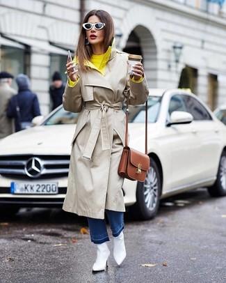Как и с чем носить: бежевый плащ, желтый свитер с круглым вырезом, синие джинсы, белые кожаные ботильоны