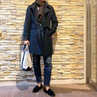 Как и с чем носить: черный плащ, белый свитер с круглым вырезом, темно-синие джинсы, черные замшевые лоферы с кисточками