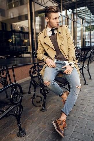 Модный лук: светло-коричневый плащ, коричневый свитер с круглым вырезом, белая классическая рубашка, синие рваные зауженные джинсы