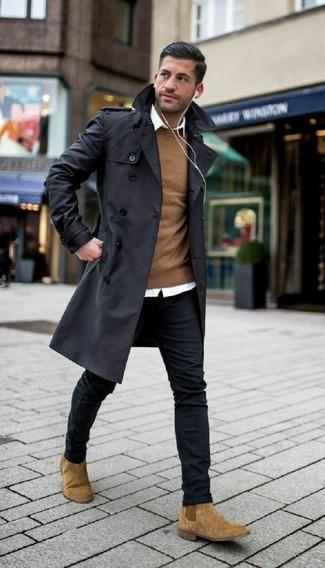 Как и с чем носить: черный плащ, коричневый свитер с круглым вырезом, белая классическая рубашка, черные зауженные джинсы