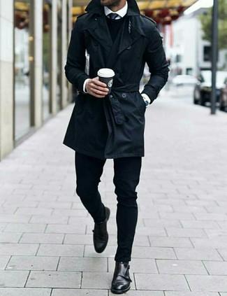 Черный галстук: с чем носить и как сочетать мужчине: Несмотря на то, что этот лук кажется достаточно сдержанным, дуэт черного плаща и черного галстука всегда будет нравиться джентльменам, неизбежно пленяя при этом сердца прекрасных дам. Ты можешь легко приспособить такой образ к повседневным условиям городской жизни, надев черными кожаными монками с двумя ремешками.