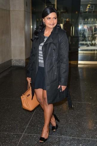 Как и с чем носить: черный плащ, серый свитер с круглым вырезом в горизонтальную полоску, черная короткая юбка-солнце, черные кожаные туфли