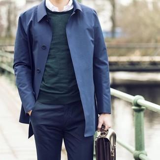 Как и с чем носить: темно-синий плащ, темно-зеленый свитер с круглым вырезом, белая рубашка с длинным рукавом, темно-синие классические брюки