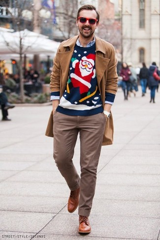 Как и с чем носить: светло-коричневый плащ, темно-синий новогодний свитер с круглым вырезом, голубая рубашка с длинным рукавом, коричневые брюки чинос