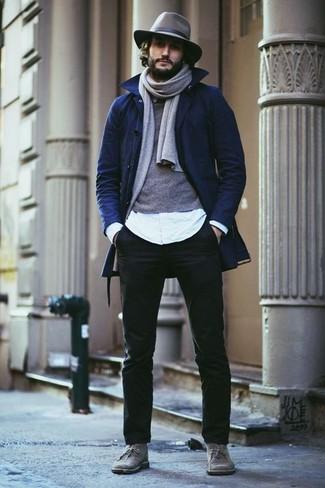 Создав образ из темно-синего плаща и черных брюк чинос, получишь великолепный мужской образ для полуформальных мероприятий после работы. Подбирая обувь, можно немного пофантазировать и завершить образ серыми замшевыми ботинками дезертами.