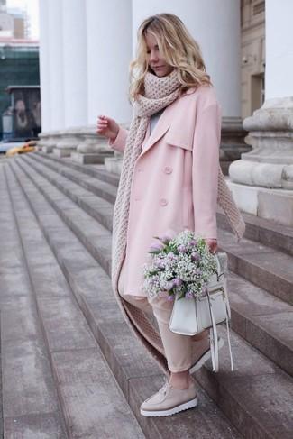 Как и с чем носить: розовый плащ, серый свитер с круглым вырезом, бежевые узкие брюки, бежевые кожаные лоферы на платформе