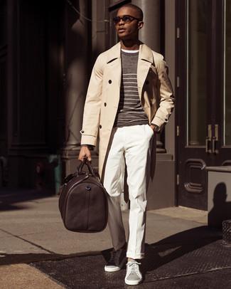 Как и с чем носить: бежевый плащ, коричневый свитер с круглым вырезом в горизонтальную полоску, белая футболка с круглым вырезом, белые классические брюки