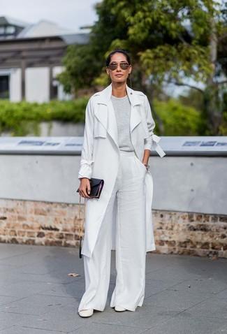 Как и с чем носить: серый плащ, серый свитер с круглым вырезом, белые широкие брюки, белые кожаные туфли
