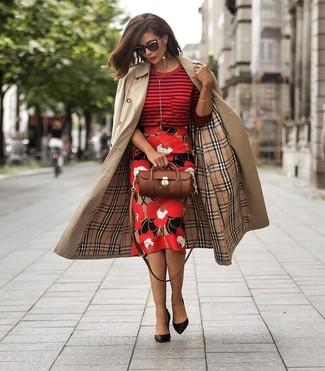 Как и с чем носить: светло-коричневый плащ, красный свитер с круглым вырезом в горизонтальную полоску, красная юбка-карандаш с цветочным принтом, черные кожаные туфли