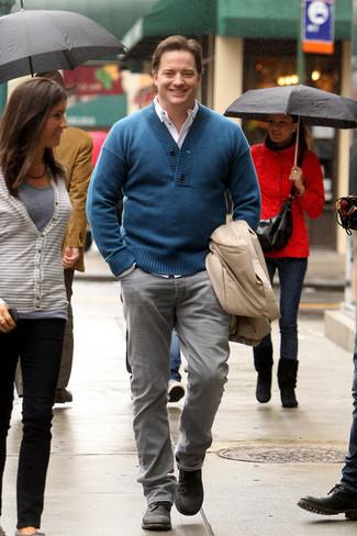 Как и с чем носить: бежевый плащ, темно-бирюзовый свитер с отложным воротником, белая рубашка с длинным рукавом, серые джинсы
