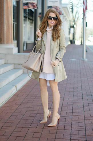 Как и с чем носить: бежевый плащ, бежевый свитер с хомутом, белое платье-рубашка, бежевые кожаные туфли