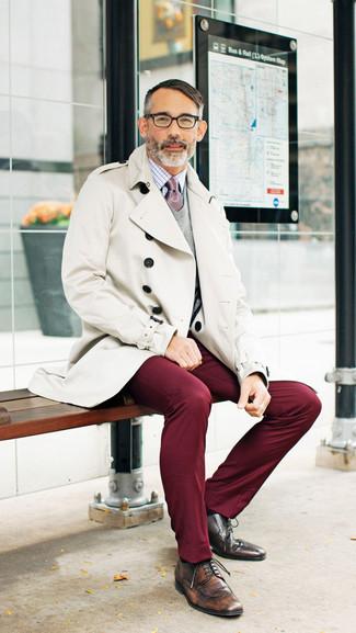 Модный лук: бежевый плащ, серый свитер с v-образным вырезом, бело-красная классическая рубашка в клетку, темно-красные брюки чинос