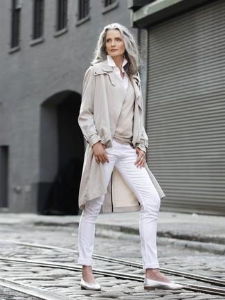 Как одеваться женщине за 50: Бежевый плащ и белые узкие брюки — отличное решение для свидания с молодым человеком или похода в бар с друзьями. Такой лук легко адаптировать к повседневным нуждам, если завершить его серебряными кожаными балетками.
