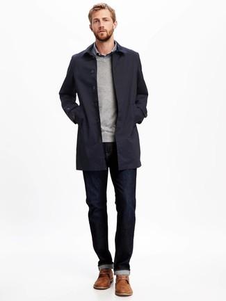 Как и с чем носить: темно-синий плащ, серый свитер с v-образным вырезом, синяя рубашка с длинным рукавом в мелкую клетку, темно-синие джинсы