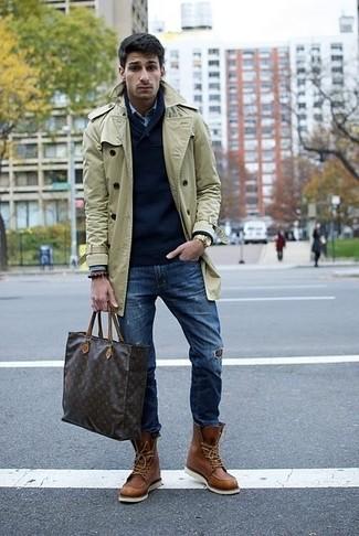 Модный лук: бежевый плащ, темно-синий свитер с v-образным вырезом, голубая рубашка с длинным рукавом, темно-синие рваные зауженные джинсы