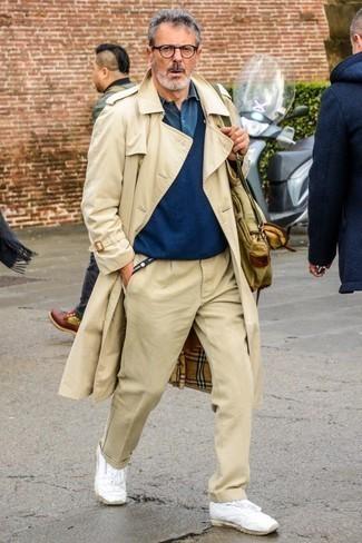 Модные мужские луки 2020 фото: Дуэт бежевого плаща и бежевых брюк чинос поможет воплотить в твоем луке городской стиль современного джентльмена. Поклонники смелых сочетаний могут закончить образ белыми кожаными низкими кедами.