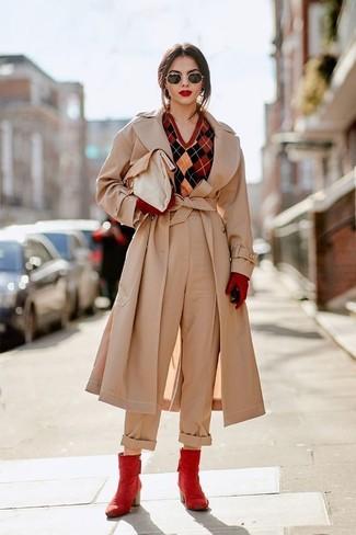 Как и с чем носить: бежевый плащ, красный свитер с v-образным вырезом с ромбами, бежевые широкие брюки, красные кожаные ботильоны