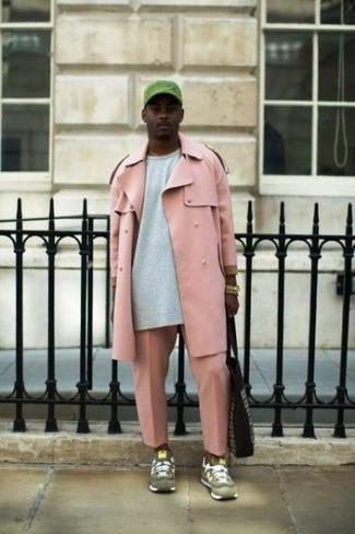 Как и с чем носить: розовый плащ, серый свитшот, розовые брюки чинос, оливковые замшевые кроссовки