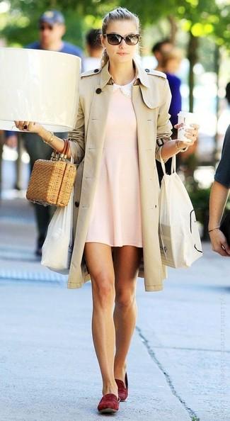 Как и с чем носить: бежевый плащ, розовое свободное платье, темно-красные замшевые лоферы, светло-коричневый соломенный клатч