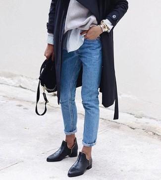 Как и с чем носить: черный легкий плащ, бежевый свободный свитер, серая классическая рубашка в вертикальную полоску, синие джинсы